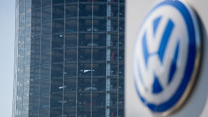 Volkswagens logga i Wolfsburg, Tyskland.