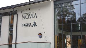 Yrkeshögskolan Novias och Yrkesskolan Axxells huvudbyggnad i Ekenäs.
