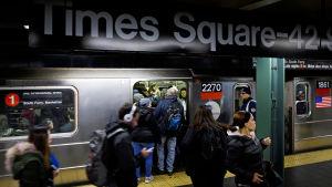 Människor hoppar på tunnelbanan i Times Square där Akayed Ullah detonerade en rörbomb på måndag.