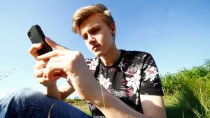 Ungdom som använder mobiltelefon.