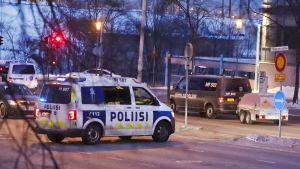 Polisen och försvaret på plats i Tammerfors.