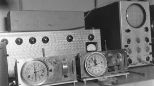 Radion Syncro-Clock-keskuskellot sekä oskilloskooppi entisessä kassaholvissa Fabianinkadulla 1944.