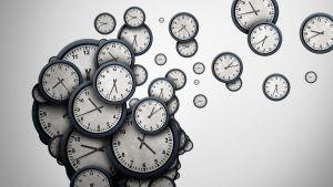 Klockor som rymmer ur ett huvud. Svartvit bild.