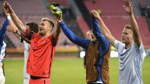 Finlands herrlandslag i fotboll jublar efter segern över Island.