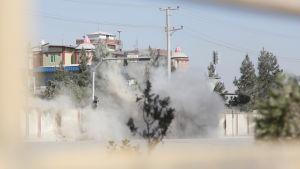 Röken bolmade vid den mur som omgärdar tv-stationen Shamsad under pågående eldstrid mellan afghanska säkerhetsstyrkor och attentatsmän i Kabul 7.11.2017.