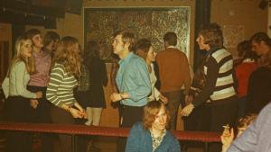 Bild av dansande ungdomar på diskotek Gnägget i början av 70-talet