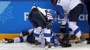Ronja Savolainen föll illa efter en regelvidrig amerikansk tackling.
