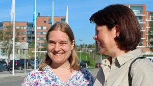 Hildur Boldt och Martina Harms-Aalto poserar i solskenet.