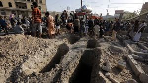 En rad gravar har grävts för Huthi-krigare som ska ha dödats i striderna om staden Hodeidah.