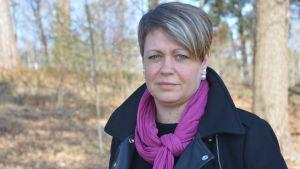 En porträttbild utomhus av Jeanette Pajunen som är social- och hälsovårdsdirektör i Raseborg.