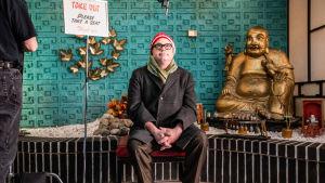 Muusikko Steven Page odottaa tilaustaan kiinalaisessa ravintolassa. Kuva dokumentista Kuinka juutalaiset sävelsivät joulun