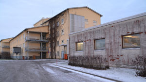 Hotellet i Johannisberg utifrån med gula och röd spräckliga väggar