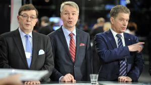 Paavo Väyrynen och Pekka Haavisto var Sauli Niinistös främsta utmanare också i presidentvalet 2012. Här står trion sida vid sida under valvakan för sex år sedan.
