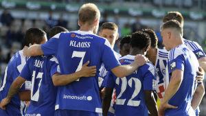 HJK-spelare firar ett mål i matchen mot IFK Mariehamn.