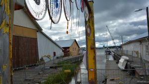 Genomgångsport i H2ö-festivalområdet, i närheten av bryggan.