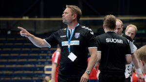 Kaj Kekki leder laget under kvalmatchen mellan Finland och Österrike.