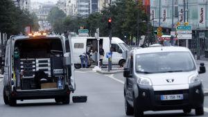 Fransk polis inspekterar innehållet i en skåpbil efter att två terrormisstänkta greps.