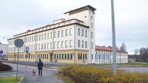 Ett stort gult hus i Ekenäs som är Raseborgs polisstation.
