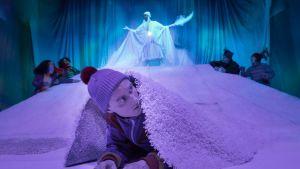 Scenen Sampo gömmer sig för Hiisi ur Unga Teaterns Sampo - en vintersaga