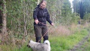 Sarah ek med hunden Freya