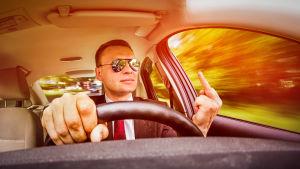 Man som kör bil och visar långfingret.