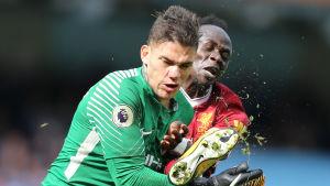 Sadio Mané sparkar Ederson i ansiktet.