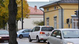Bilar i korsningen Mannerheimgtan och Brunnsgtan i Borgå