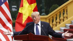 Donald Trump i talarstolen under en presskonferens i Hanoi i Vietnam.