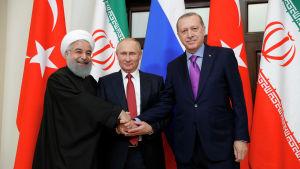 Irans, Rysslands och Turkiets presidenter skakar hand  i Sotji.