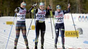 Kerttu Niskanen, Aino-Kaisa Saarinen och Krista Pärmäkoski går i mål sida vid sida