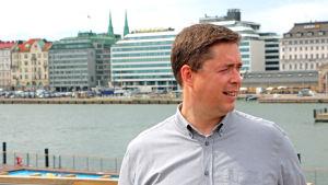 David Mac Dougall poserar med Kolerabassängen i bakgrunden.