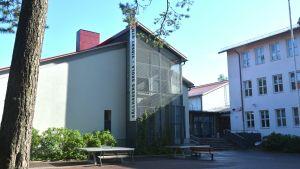 Fasaden till Källhagens skola och Virkby gymnasium.