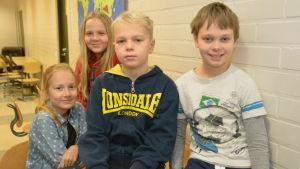 Elever i Sjundeå svenska skola sitter på bord och stolar. Här syns Leia Seppä (längst bak), Wilma Holmberg, Walter Forsén och Robert Siro.