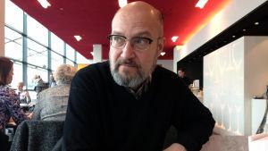Mediataiteilija Mika Taanila Oi maamme! -video nähdään Kiasman näyttelyssä maaliskuussa 2017.