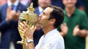 Federer med Wimbledonpokalen.