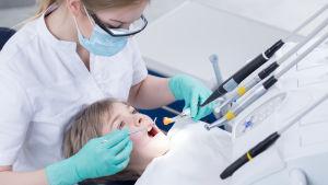 hammaslääkäri hoitaa pienen pojan hampaita