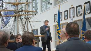 Nuvarande rektorn Per-Olof Karlsson vid Aboa Mare håller tal.