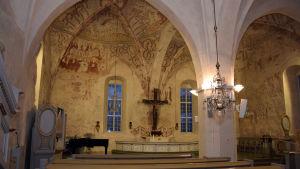 Ingå kyrka - altare och valv.