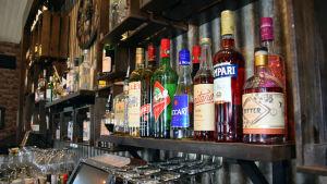 Apritflaskor i en bar