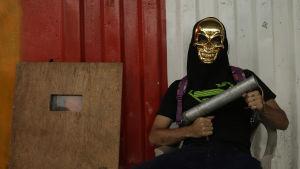 Man med hemgjort vapen i Managua.