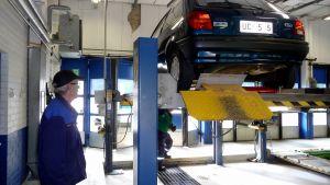 Besiktning av personbil.
