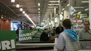Över 40 butiksbiträden betjänar kunderna under rusningstid.