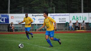 FC HIK:s Allysson Soares med bollen, Marcelo da Silva i bakgrunden.