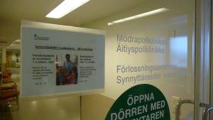 Dörren till mödrapolikliniken och förlossningsavdelningen vid Vasa centralsjukhus.