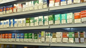 Tobakspaket i hyllan
