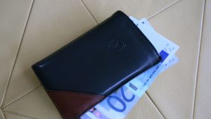 Plånbok med tjugolappar som sticker ut