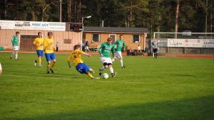 HIK:s Patrik Lahti glider mot EIF/Akademis Anton Brotkin och bollen.