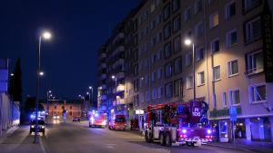 Brandbilar, ambulander och polispatruller på nattligt uppdrag.