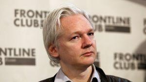 Assange vid en presskonferens i februari 2012