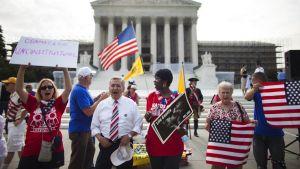 Motståndare till hälsovårdslagen utanför Högsta domstolen